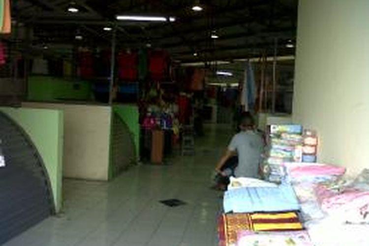 Suasana di Pasar Blok G, Tanah Abang, Jakarta Pusat, Kamis (11/9/2013), masih tampak sepi. Pedagang di pasar itu meminta kepada pemerintah untuk menyediakan eskalator untuk memudahkan pengunjung mengunjungi setiap lantai pasar.