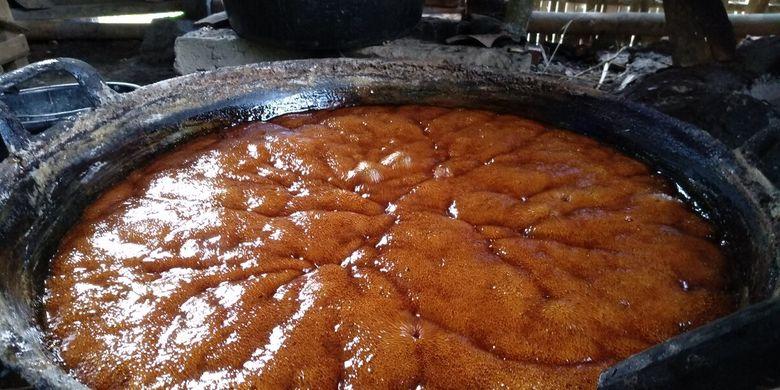 Foto-foto proses pembuatan gula aren asli berasal dari air nira pohon aren di Kampung Pasirheulang, Desa Sukapada, Kecamatan Pagerageung, Kabupaten Tasikmalaya, Jawa Barat, Rabu (1/7/2020).