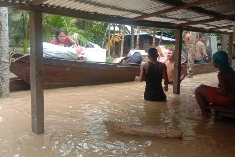 Warga Desa Alur Nyamuk, Kecamatan Bireuem Bayeum, Kabupaten Aceh Timur mengangkut barang untuk mengungsi karena rumah terendam banjir, Kamis (22/1/2021)