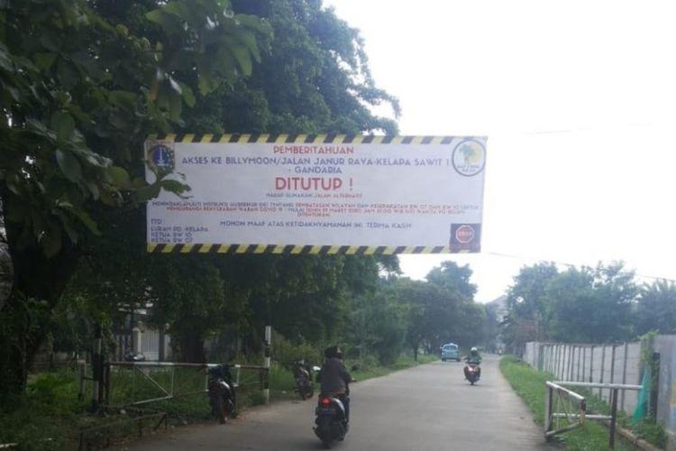 Salah satu RW di Kelurahan Pondok Kelapa, Duren Sawit, Jakarta Timur, batasi akses masuk lingkungan RW, Senin (30/3/2020).