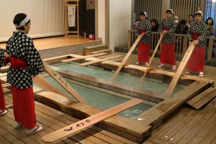 Pertunjukkan Yumomi yang dibawakan oleh kaum perempuan di Kusatsu Onsen, Prefektur Gunma, Jepang, Kamis (1/12/2016).