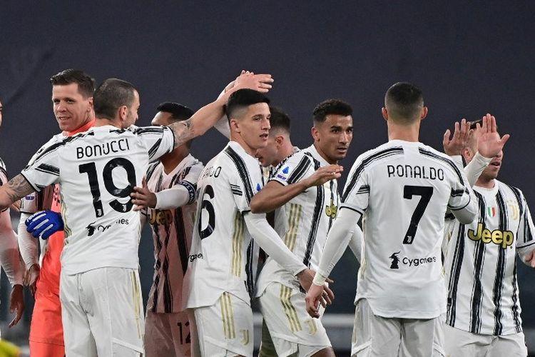Para pemain Juventus merayakan kemenangan mereka di akhir pertandingan sepak bola Serie A Italia antara Juventus dan Lazio di Stadion Juventus di Turin, Italia utara pada 6 Maret 2021.