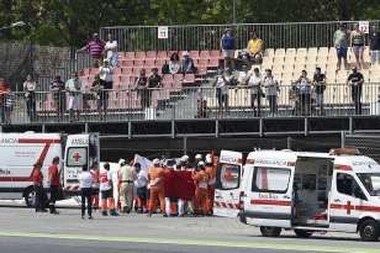 Pebalap Moto2 asal Spanyol, Luis Salom, dievakuasi tim medis setelah mengalami kecelakaan saat menjalani sesi latihan bebas kedua GP Catalunya di Sirkuit de Barcelona-Catalunya, Jumat (3/6/2016).