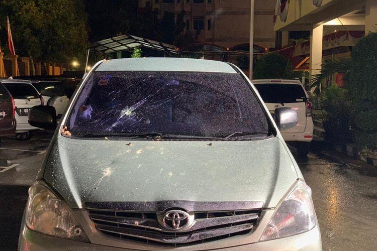 Mobil anggota DPRD Kota Pekanbaru, Ida Yulita Susanti, rusak akibat diserang orang tak dikenal di Jalan Arifin Achmad, Kota Pekanbaru, Riau, Rabu (1/9/2021).