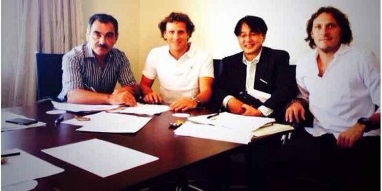 Diego Forlan (2 dari kiri) mengunggah fotonya di Twitter ketika sedang menandatangani kontrak dengan klub Liga Jepang, Cerezo Osaka, Rabu (22/1/2014).