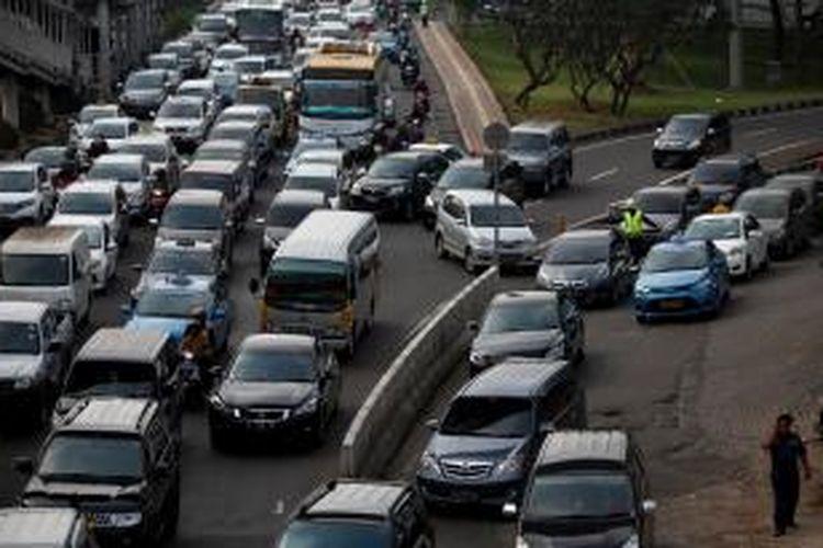 Kemacetan kendaraan yang melintas di Jalan Gatot Subroto, Semanggi, Jakarta Pusat, Jumat (7/3). Kemacetan yang terjadi hampir setiap hari di lokasi tersebut disebabkan karena kendaraan yang masuk dan keluar mall serta kendaraan yang masuk pintu tol Semanggi. Kompas/Lucky Pransiska (UKI)