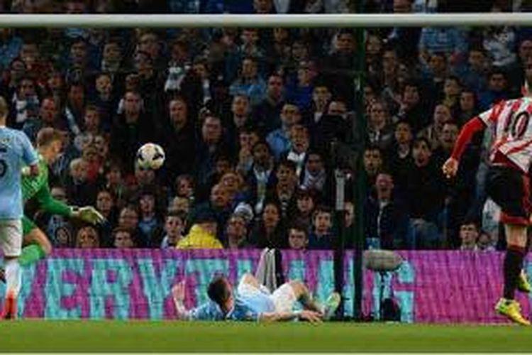 Striker Sunderland, Connor Wickham (kanan), mencetak gol ke gawang Manchester City dalam lanjutan Premier League di Etihad Stadium, Rabu (16/4/2014)