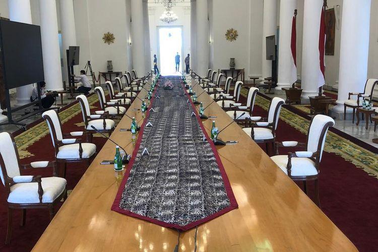 Untuk pertama kalinya sejak pandemi virus corona Covid-19, Presiden Joko Widodo akan memimpin rapat kabinet secara tatap muka di Istana Bogor, Senin (8/6/2020). Setiap kursi diberi jarak 2 meter.