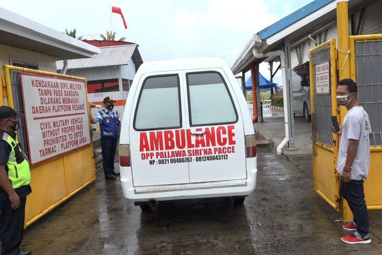 Mobil Ambulans milik Ormas Pallawa Siri'na Pace Timika membawa jenazah Udin ke dalam Bandara Mozes Kilingain Timika untuk diterbangkan menggunakan pesawat Sriwijaya Air ke Bandara Sultan Hasanuddin Makassar, Kamis (15/4/2021).