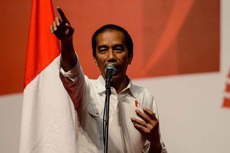 Presiden Joko Widodo berbicara saat menemui tenaga kerja Indonesia (TKI) di Asia World Expo Ground, Hongkong, Minggu (30/4/2017). Presiden menggelar kunjungan kerja di Hongkong pada 30 April hingga 1 Mei dalam rangka meningkatkan kerja sama ekonomi antar-kedua negara.
