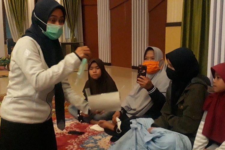 Bupati Luwu Utara, Indah Putri Indriani membaur dengan warga pengungsi korban banjir yang mengungsi di kantor Bupati, Jumat (17/07/2020),
