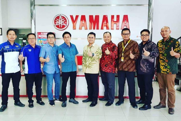 Jajaran Direksi Adira Finance menandatangai kerja sama dengan pihak Yamaha Mataram Sakti