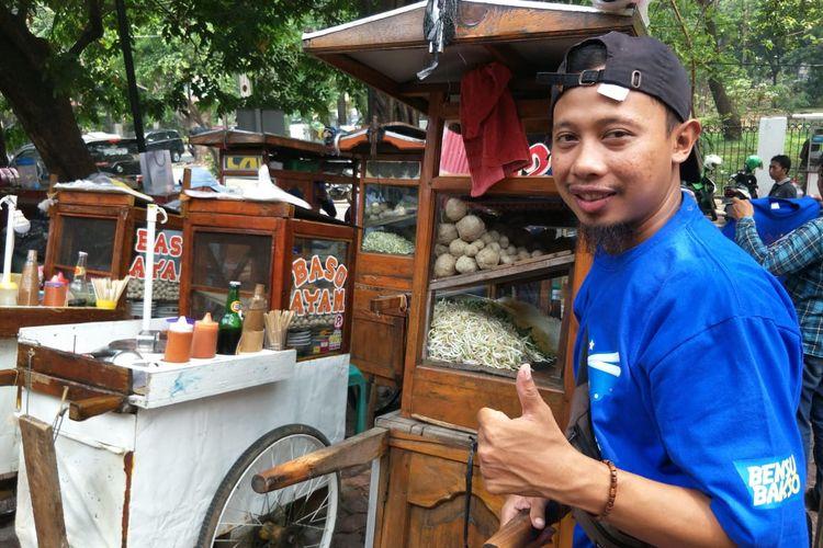 Prianto salah satu pedagang bakso keliling di acara perayaan satu tahun Bensu Bakso di kawasan Tebet, Jakarta Selatan, Kamis (7/11/2019).
