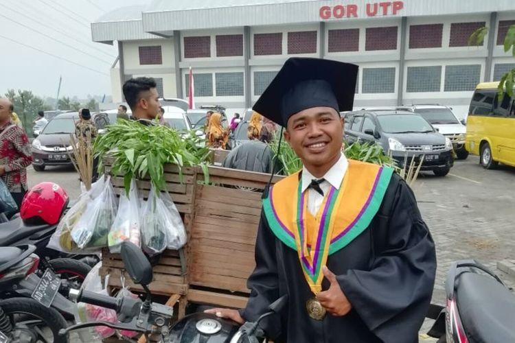 Amirudin (28), pemuda Desa Wukirsawit, Jatiyoso, Karanganyar sehari-hari berjualan sayur keliling berhasil meraih gelar sarjana di UTP Kota Surakarta, Jawa Tengah.