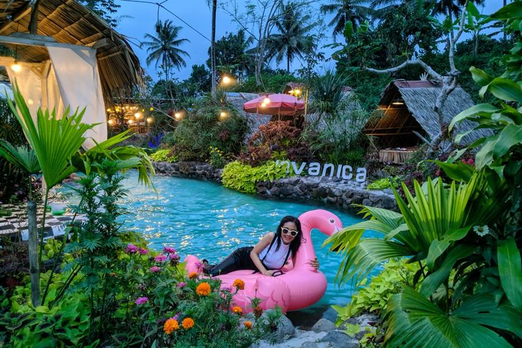 Pengunjung berfoto di kolam renang estetik Javanica Park, Muntilan, Kabupaten Magelang, Jawa Tengah.