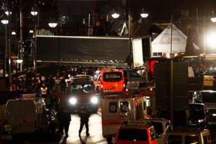 Sejumlah ambulan berjaga di sekitar lokasi serangan teror truk di pusat Kota Berlin, dekat Gereja Gedächtniskirche, Senin (19/12/2016).