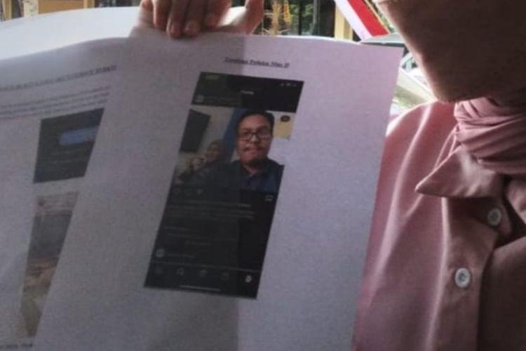 AZ, salah satu model di Malang yang menjadi korban dugaan fetish memperlihatkan barang bukti yang dibawa ke Mapolresta Malang Kota, Jumat (20/8/2021).