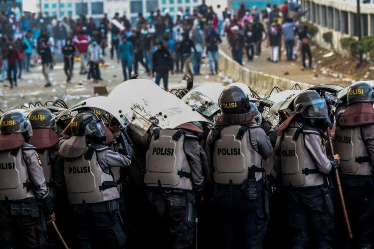 Polisi dalam posisi bertahan saat menghadapi pelajar yang berunjuk rasa di Senayan, Jakarta, Senin (30/9/2019). Para pelajar menolak Rancangan Kitab Undang-Undang Hukum Pidana (RKUHP) dan Undang-Undang Komisi Pemberantasan Korupsi (UU KPK).