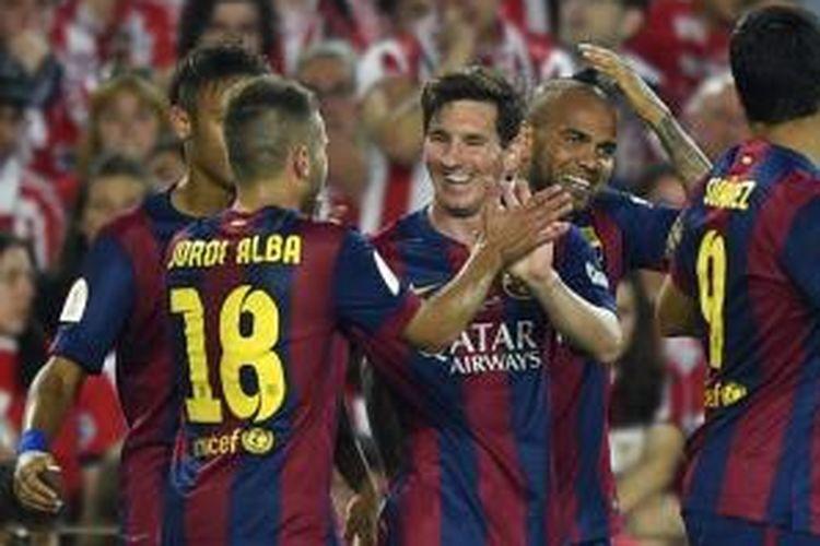 Striker Barcelona, Lionel Messi (tengah) seusai mencetak gol keduanya ke gawang Athletic Bilbao pada partai final Copa del Rey di Stadion Camp Nou, Sabtu (30/5/2015).