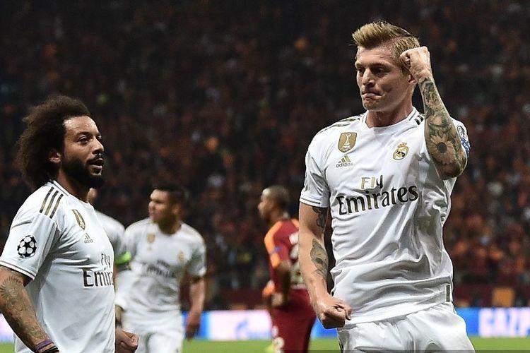 Gelandang Toni Kroos (kanan) melakukan selebrasi usai mencetak gol pada laga Galatasaray vs Real Madrid dalam lanjutan Grup A Liga Chapions, di Ali Sami Yen Spor Kompleksi, Istanbul, Selasa atau Rabu (23/10/2019) dini hari WIB.