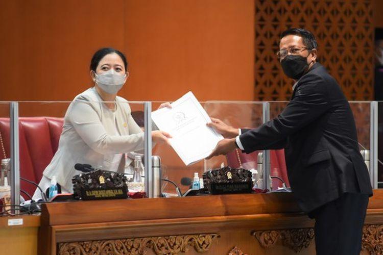 Ketua Badan Legislasi (Baleg) DPR RI Supratman Andi Atgas menyampaikan laporan terkait pembahasan Program Legislasi Nasional (Prolegnas) Prioritas Tahun 2021 dalam Rapat Paripurna ke-15 Masa Persidangan IV Tahun Sidang 2020-2021 di Gedung DPR RI, Senayan, Jakarta, Selasa (23/3/2021).