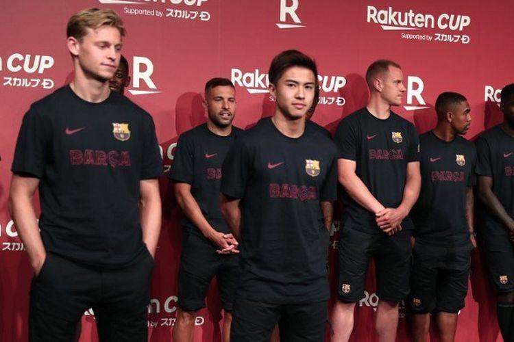Sejumlah pemain Barcelona, di antaranya Frenkie de Jong dan Hiroki Abe (depan), menghadiri jumpa pers jelang laga Barcelona vs Chelsea di Tokyo 21 Juli 2019.