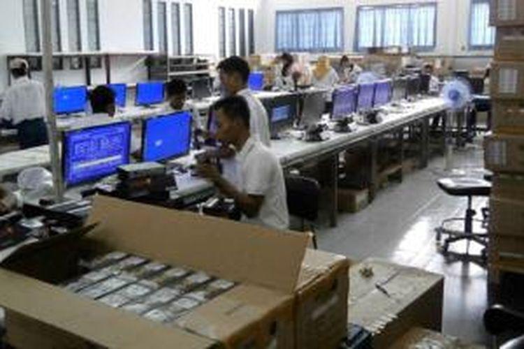 Suasana perakitan perangkat elektronik di PT Tridharma Kencana, Serang, Banten.