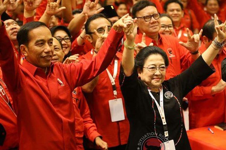 Presiden Joko Widodo, Ketua Umum PDI-P Megawati Soekarnoputri, dan Panitia Pengarah Rakernas PDI-P Prananda Prabowo (kiri ke kanan) bersama para kader PDI-P lainnya mengacungkan simbol metal dengan ketiga jarinya seusai pembukaan Rakernas III PDI-P di Sanur, Bali, Jumat (23/2/2018). Dalam rakernas tersebut telah diputuskan untuk mencalonkan kembali Joko Widodo sebagai calon presiden 2019-2024.