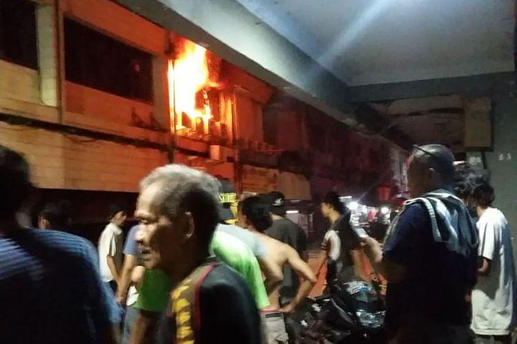 Kebakaran di Ruko di daerah Tamansari, Jakarta Barat, pada Jumat (13/11/2020). Api menyebar di lantai dua ruko dan menewaskan satu orang bocah berusia 11 tahun.