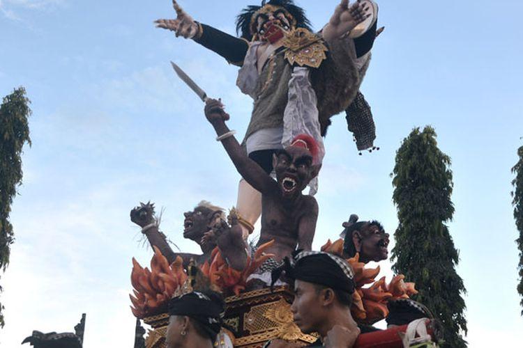Pemuda mengarak Ogoh-ogoh atau boneka raksasa yang melambangkan sifat buruk saat Festival Ogoh-ogoh di Semarapura, Klungkung, Bali, Minggu (11/3/2018). Festival Ogoh-ogoh se-Kabupaten Klungkung tersebut digelar untuk menyambut Hari Raya Nyepi Tahun Saka 1940.