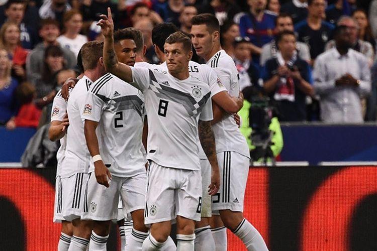 Gelandang Jerman, Toni Kroos (depan), merayakan gol yang dicetak ke gawang Prancis dalam laga UEFA Nations League di Stade de France, Saint-Denis, Prancis pada 16 Oktober 2018.