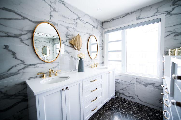 Ilustrasi kaca kamar mandi estetik.