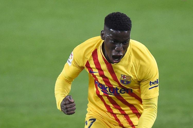 Gelandang Spanyol Barcelona Ilaix Moriba melakukan selebrasi setelah mencetak gol selama pertandingan sepak bola Liga Spanyol antara CA Osasuna dan FC Barcelona di stadion El Sadar di Pamplona pada 6 Maret 2021.