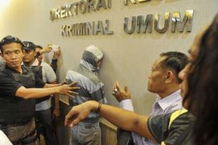 MPS (24), tersangka pelaku pembunuhan terhadap Deudeuh Alfisahrin (27) di rumah kos di kawasan Tebet, Jakarta Selatan, akhir pekan lalu, tiba di Subdirektorat Kejahatan dan Kekerasan Direktorat Reserse Kriminal Umum Polda Metro Jaya, Jakarta, Rabu (15/4). Tersangka yang merupakan pengajar pada salah satu lembaga bimbingan belajar itu ditangkap di Bojong Gede, Bogor.
