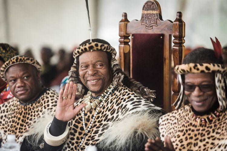Raja Zulu Goodwill Zwelithini (tengah) dan Pangeran Senior sekaligus mantan pemimpin Partai Kemerdekaan Inkatha (IFP) Mangosuthu Buthelezi (kanan) bergabung bersama ribuan orang untuk mengenang Perayaan Raja Shaka, di dekat kuburan Raja Shaka di Kwadukuza, sekitar 98 kilometer dari Durban, pada 24 September 2019. Raja berusia 72 tahun itu dilaporkan meninggal setelah dirawat akibat diabetes.