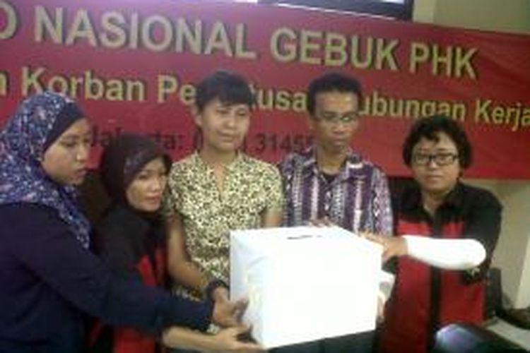 Lami (paling kiri) dalam acara peluncurkan posko pengaduan Tunjangan Hari Raya (THR) dan lawan Pemutusan Hubungan Kerja (PHK), YLBHI, Jakarta.
