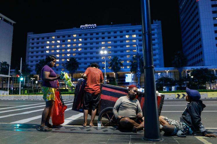 Tukang rongsokan tengah istirahat di kawasan Jalan MH Thamrin, Jakarta, Senin (22/4/2020). Di tengah pandemi Covid-19 dalam situasi yang sangat berat, pemerintah mengumumkan akan terjadi peningkatan jumlah angka kemiskinan hingga 3,78 juta orang.
