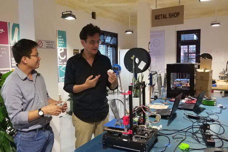 Nguyen Ba Hoi (kiri) memperlihatkan kepada Karim Raslan bermacam gawai di Ruang Kreasi yang digunakan untuk menemukan susunan produk.