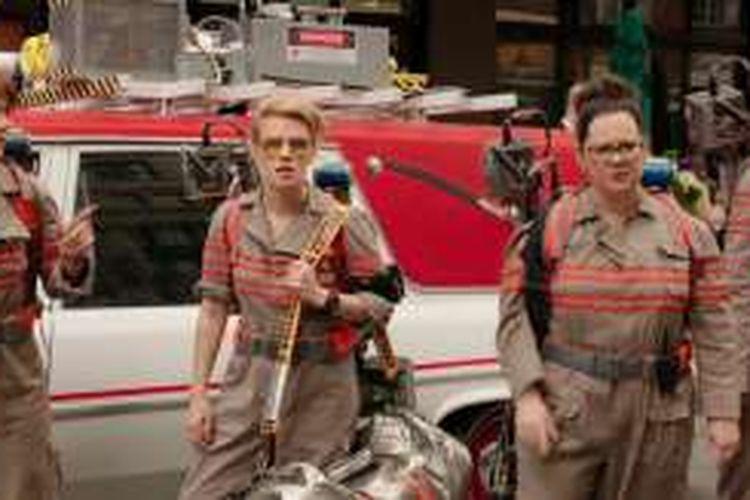 Leslie Jones, Melissa McCarthy, Kate McKinnon, dan Kristen Wiig beraksi dalam film Ghostbusters (2016).
