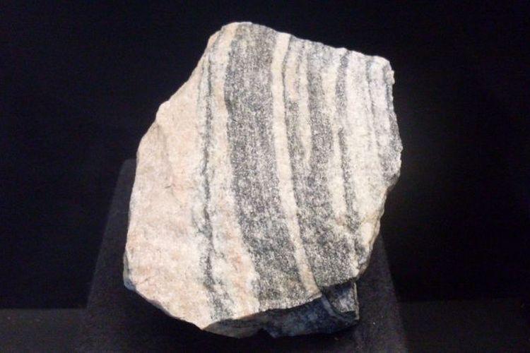 Batu genes Idiwhaa yang ditemukan di Acasta Gneiss Complex of Northwest Canada. Batu ini diprediksi berusia 4,02 miliar tahun dan merupakan batu tertua di Bumi.