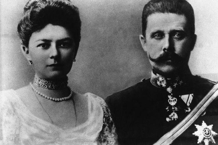 Putra mahkota Astro-Hongaria Franz Ferdinand dan istrinya Putri Ceko Sophie Chotek pada tahun 1914.