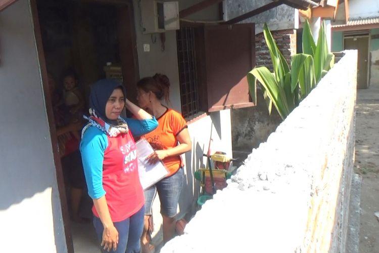 Tembok yang dibangun tetangganya di depan rumah, membuat  Siti Khotijah, warga Desa Sudimoro, Megaluh, Jombang, Jawa Timur, tidak memiliki akses untuk keluar masuk rumahnya.