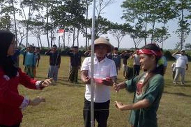 Santri, petani dan anak jalanan saat mengibarkan bendera mini dalam upacara HUT Ke-69 RI di Malang.