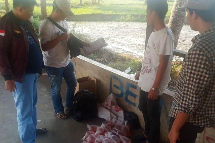 Polisi saat mengamankan belasan kantong miras oplosan jenis roso-roso dari seorang penjual di wilayah Cikalongkulon, Cianjur, Sabtu (07/09/2019) petang.