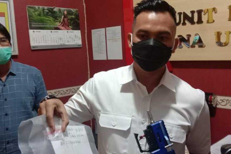 Kasatreskrim Polres Ngawi AKP I Gusti Agung Ananta Pratama memperlihatkan peluru senapan angina yang menewaskan Ari, tukang modiv senapan.