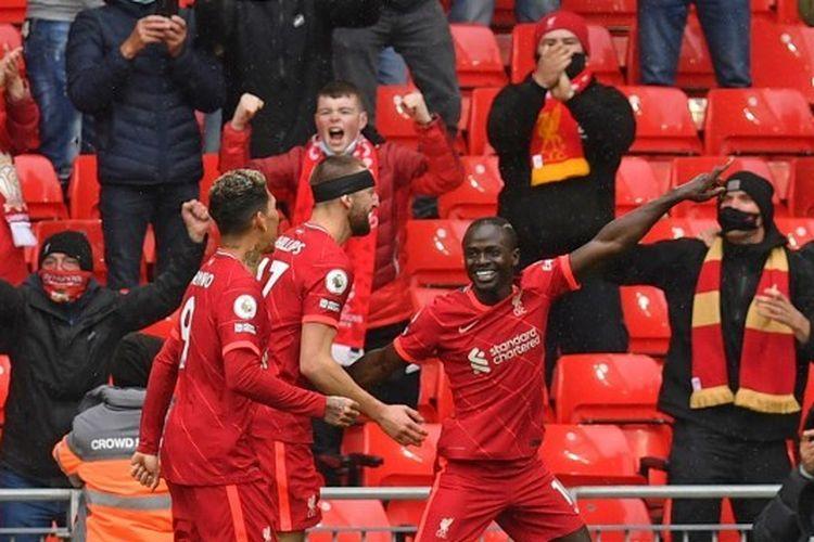 Pemain Liverpool Sadio Mane merayakan gol ke gawang Crystal Palace pada laga pamungkas Liga Inggris musim 2020-2021 di Stadion Anfield, Minggu (23/5/2021) malam WIB.