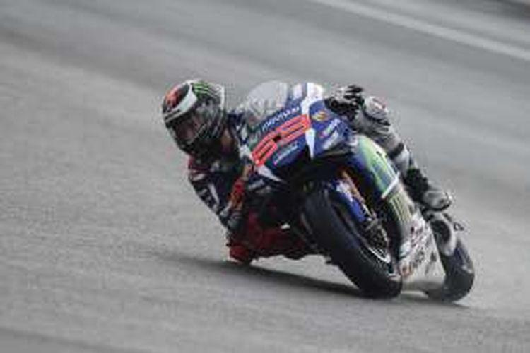 Pebalap Movistar Yamaha MotoGP asal Spanyol, Jorge Lorenzo, memacu motornya pada balapan GP Malaysia di Sirkuit Sepang, Minggu (30/10/2016).