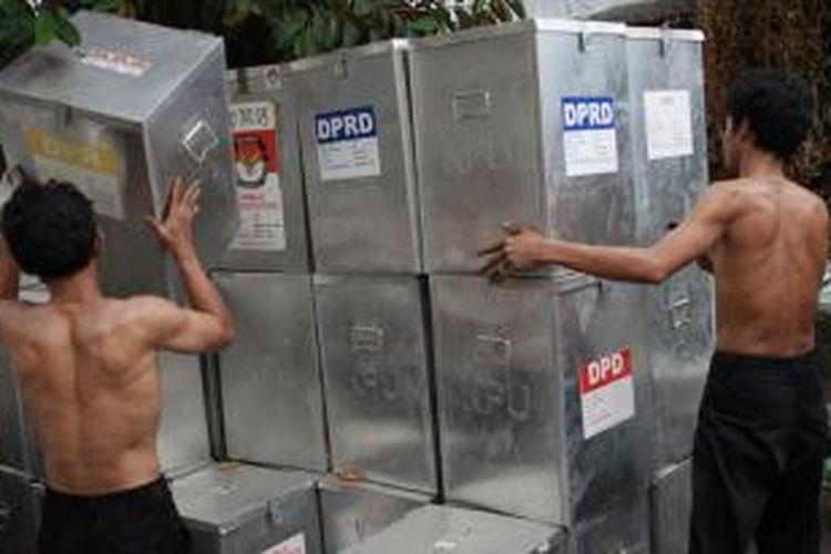 Ilustrasi logistik pemilu: Pekerja menata kotak suara yang telah dirakit di bekas Kantor Kelurahan Bungur, Kecamatan Senen, Jakarta Pusat, Rabu (29/8/2012).