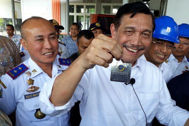 Menko Kemaritiman Luhut Pandjaitan menunjukkan tanda bukti angkutan telah melakukan uji kir.