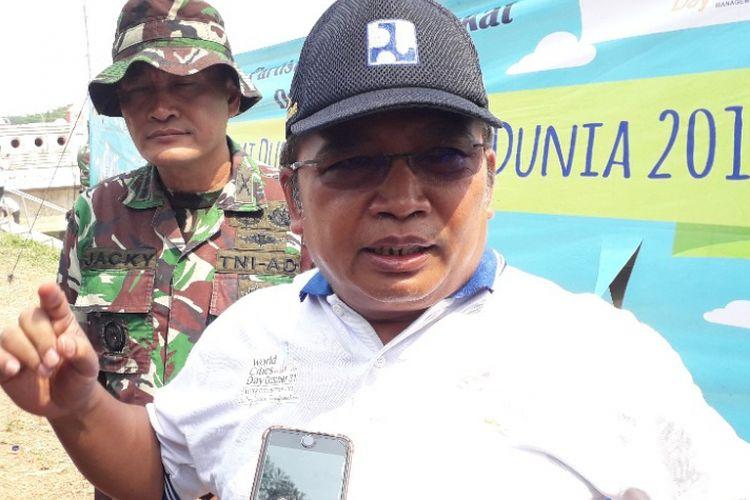 Kepala BBWSCC Bambang Hidayah memberikan keterangan kepada wartawan dalam peringatan Hari Habitat Dunia di Kanal Banjir Timur, Senin (1/10/2018).